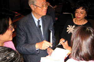 The Rev. Dr. Chow Lein-Hwa signing copies of the new translation while on tour in the United States. Photo of Dr. Chow Lien-Hwa by Joy Varnay.